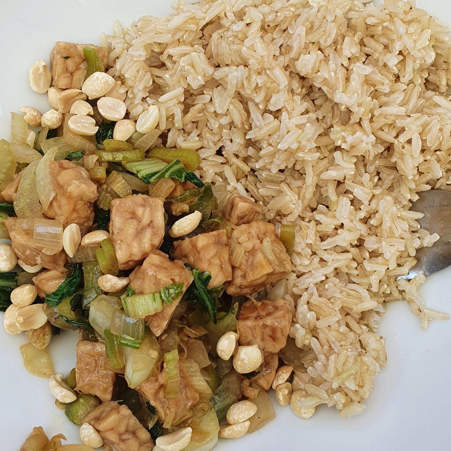 Gebakken rijst met paksoi en tempeh